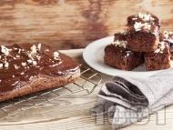 Рецепта Пухкав шоколадов кекс без мляко със заквасена сметана, глазура и бадеми